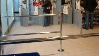 Modular queue management railing in a supermarket