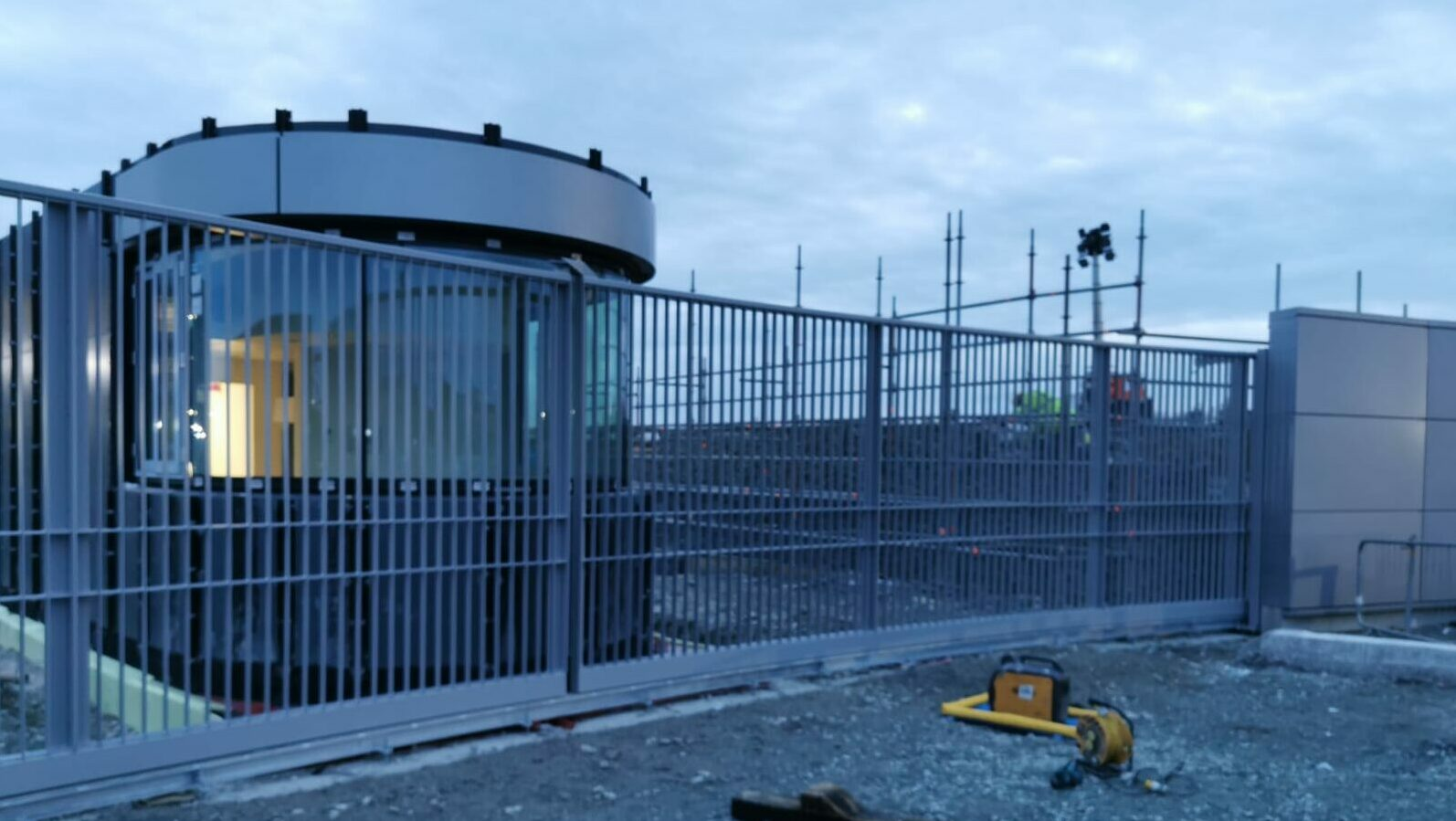 Closed automatic industrial gate