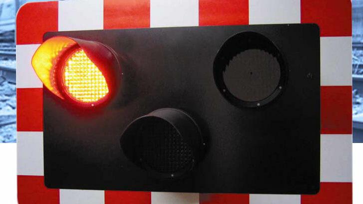 Level crossing traffic lights