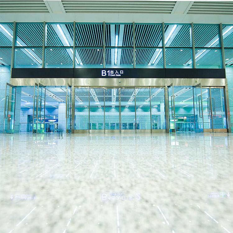 Automatic telescopic sliding door in an airport