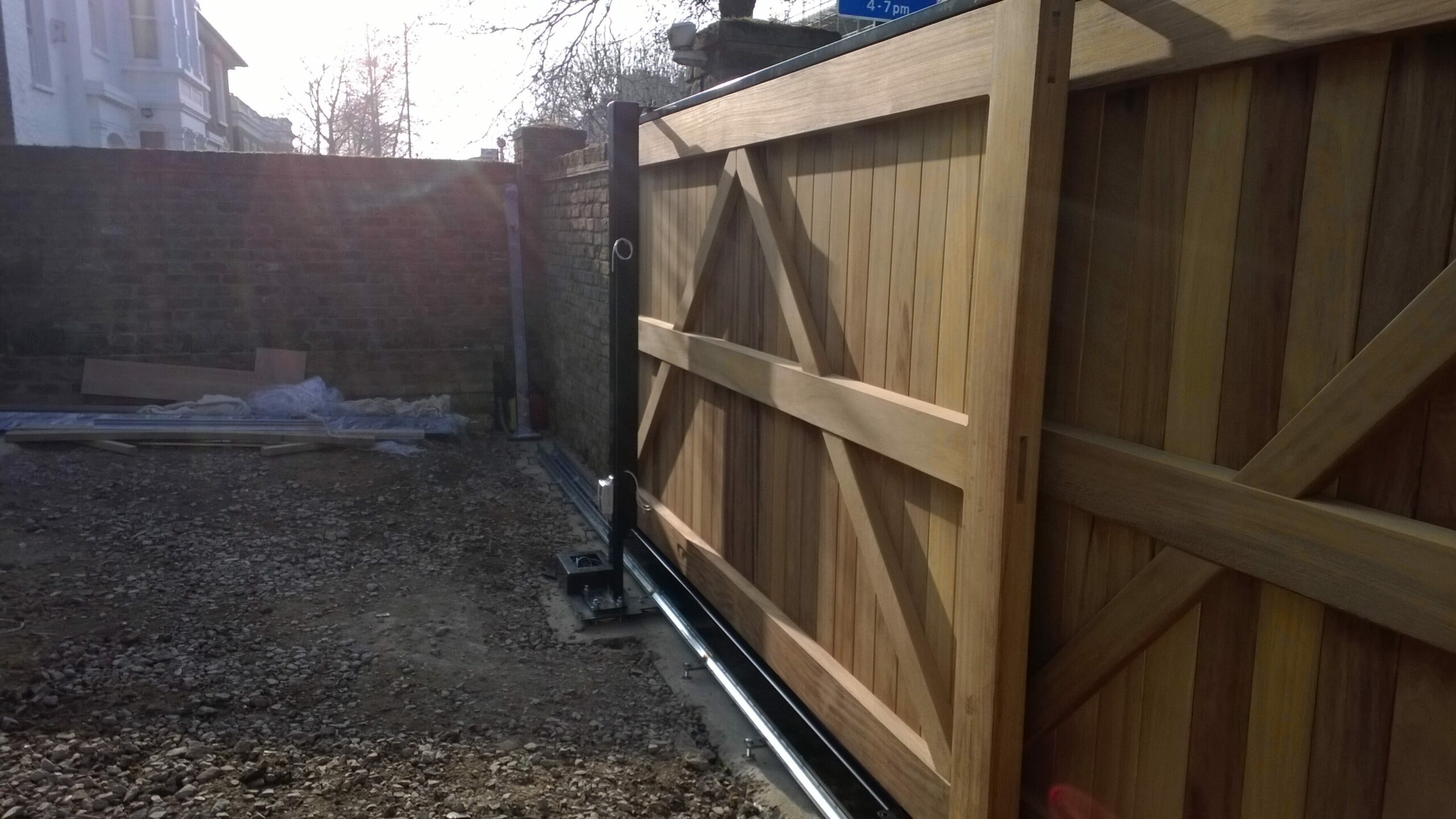 Automatic wooden gates