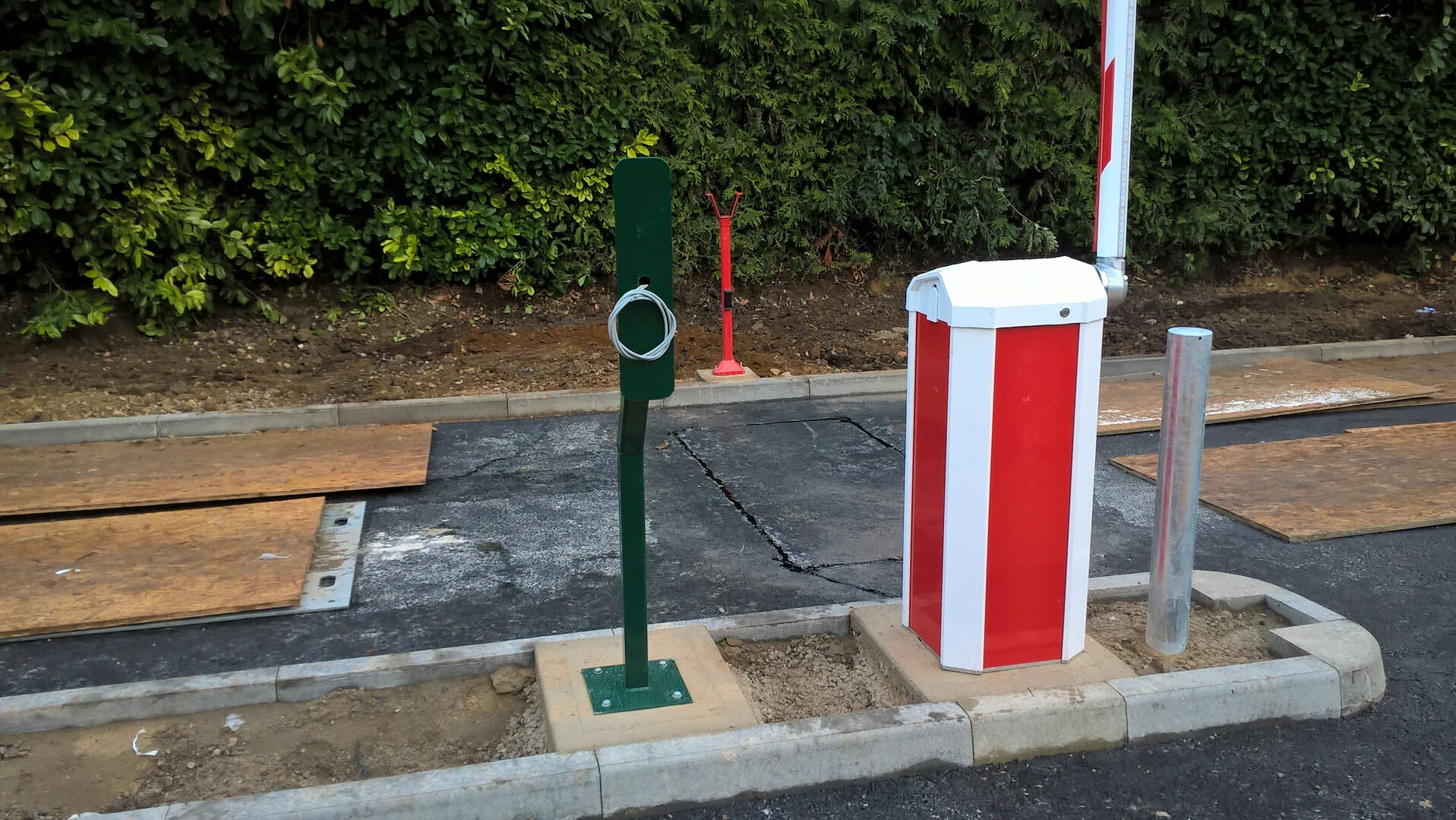 Automatic traffic barrier installation with integrated intercom posts