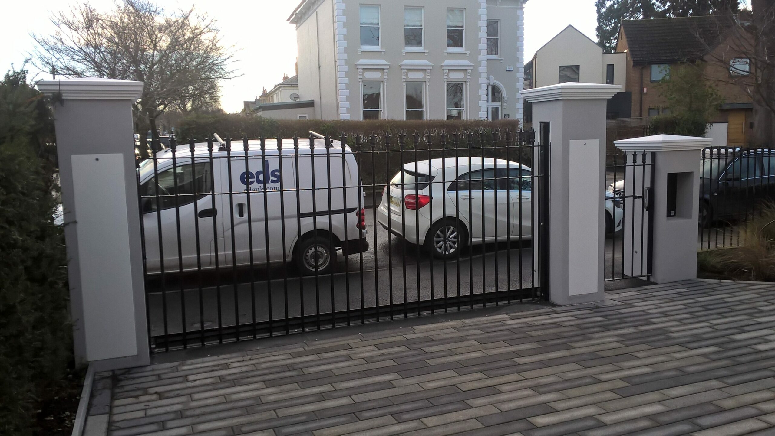 Automatic rising gate