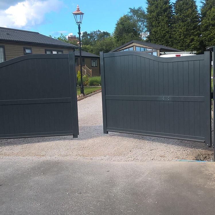 Automatic aluminium swinging gates