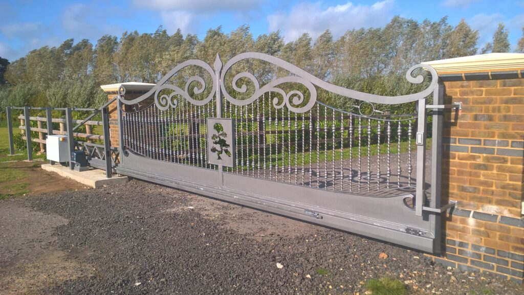 Automatic decorative sliding gate