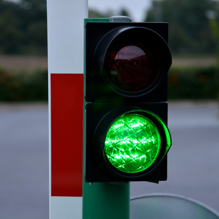 Traffic light signal incorporated with automatic traffic barrier