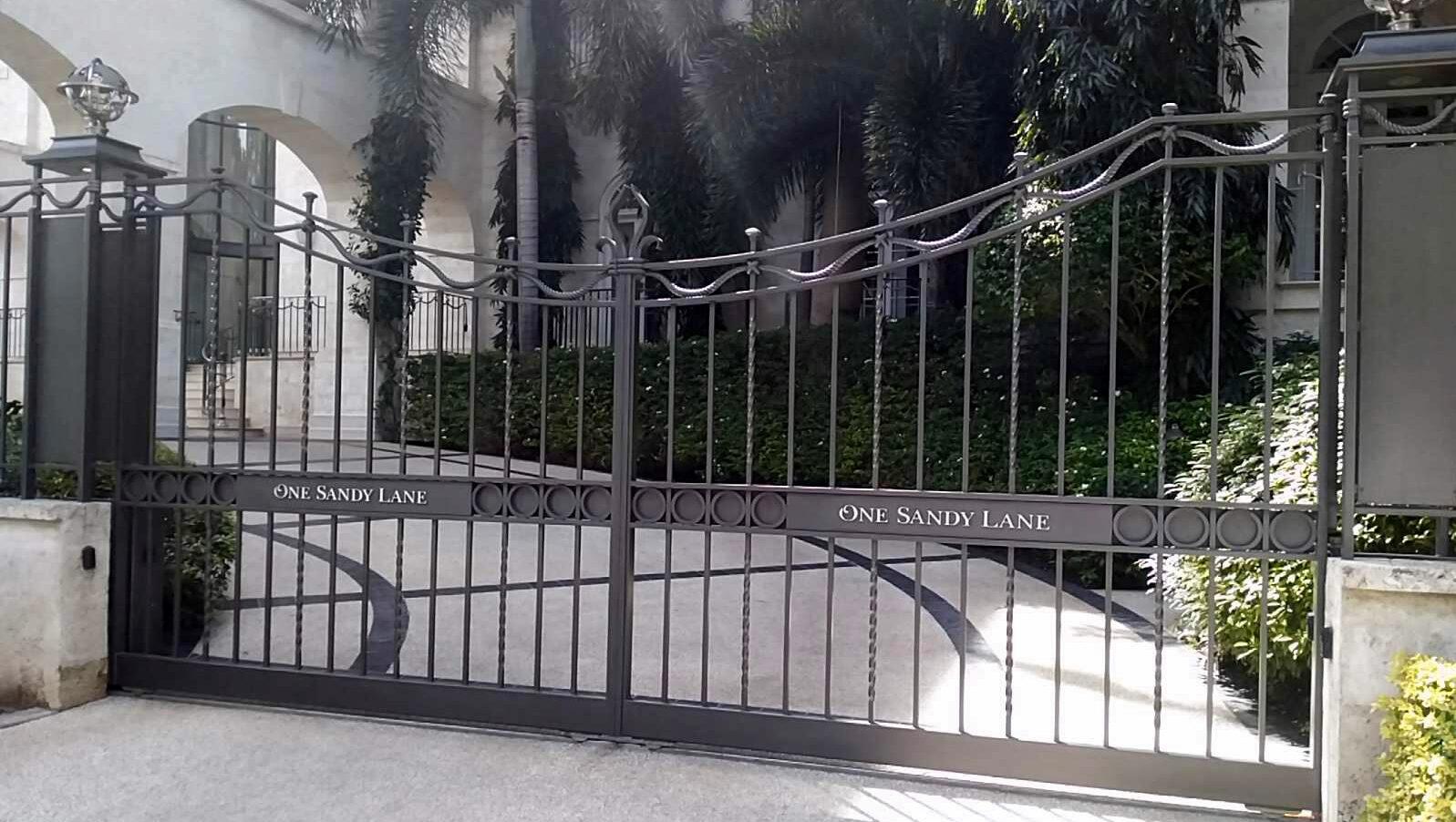 Automatic decorative gates