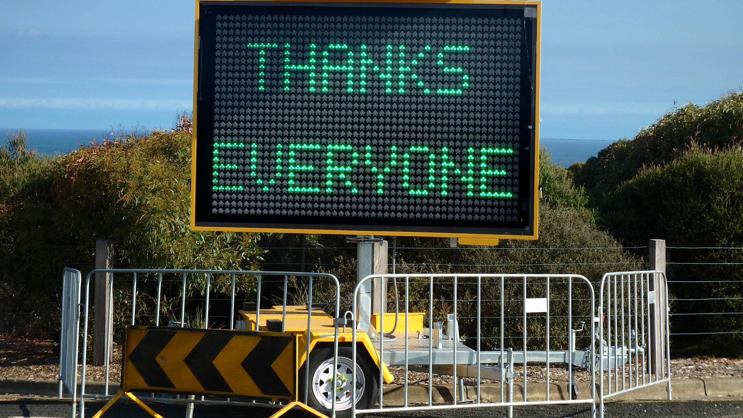 Portable variable message road sign