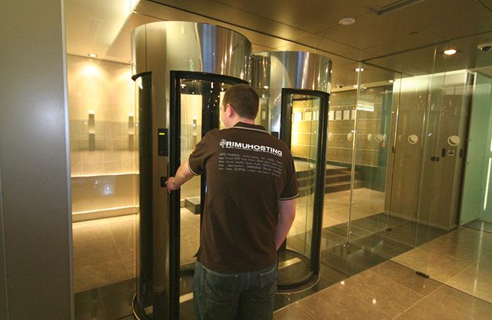 Glass man trap air lock gate