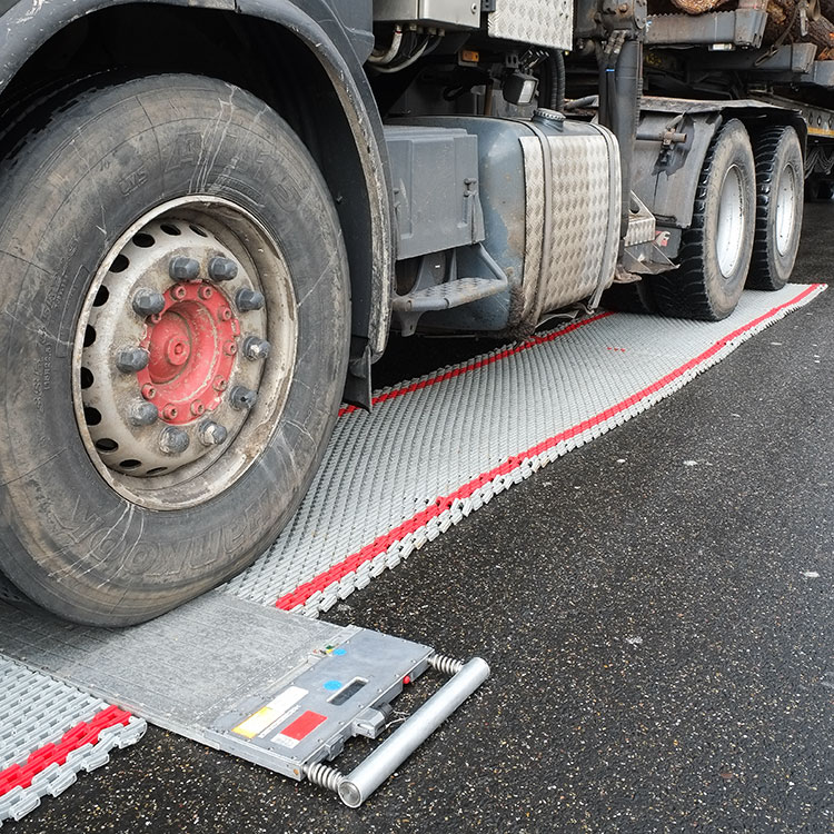 Truck using a weighbridge integrated with traffic lights